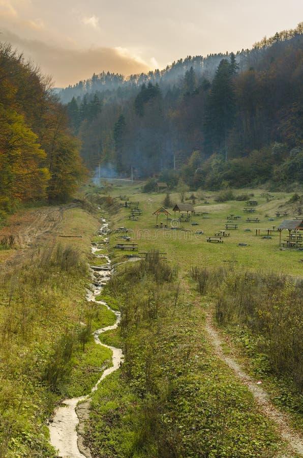 Landskap med bergvattenströmmen royaltyfri fotografi