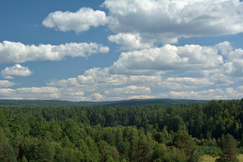 Landskap med blåttskyen och moln arkivbild