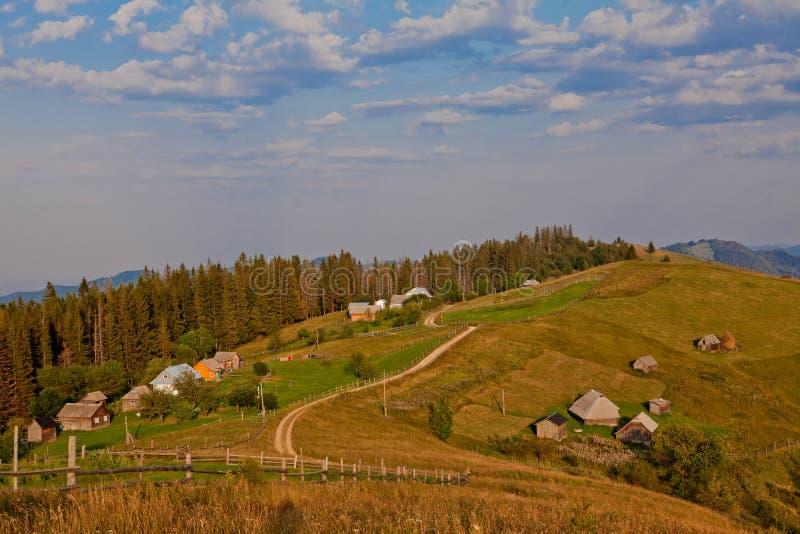 Landskap med de Carpathian bergen i Ukraina arkivfoton