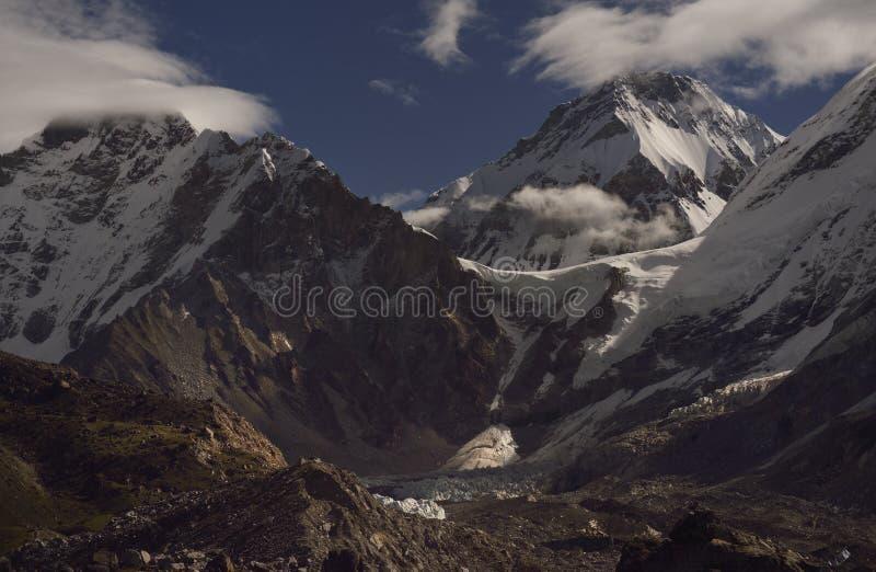 Landskap med de Himalayan bergen i bakgrunden på vägen till den Everest basläger, royaltyfri fotografi
