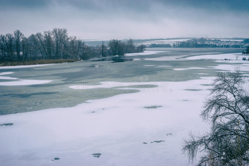 Landskap med den djupfrysta Dnepr floden nära den Dnepropetrovsk staden, Ukraina arkivbild