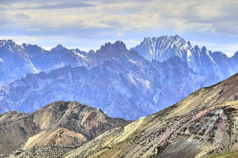 Landskap med den färgrika branta steniga lutningen och härliga Himalaya berg i bakgrunden, Ladakh, Indien royaltyfri bild