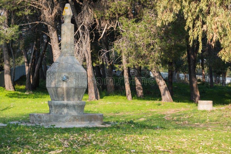 Landskap med den forntida stenspringbrunnen royaltyfri bild