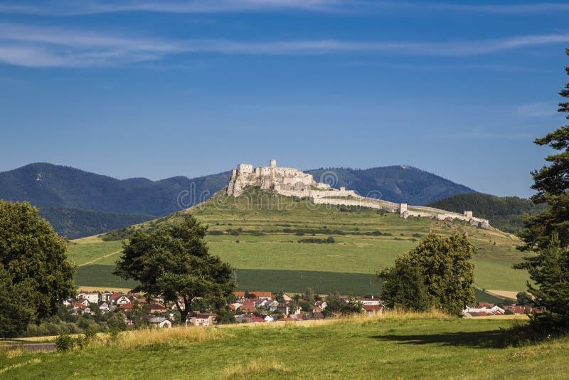 Landskap med den gamla vita stenslotten royaltyfri bild