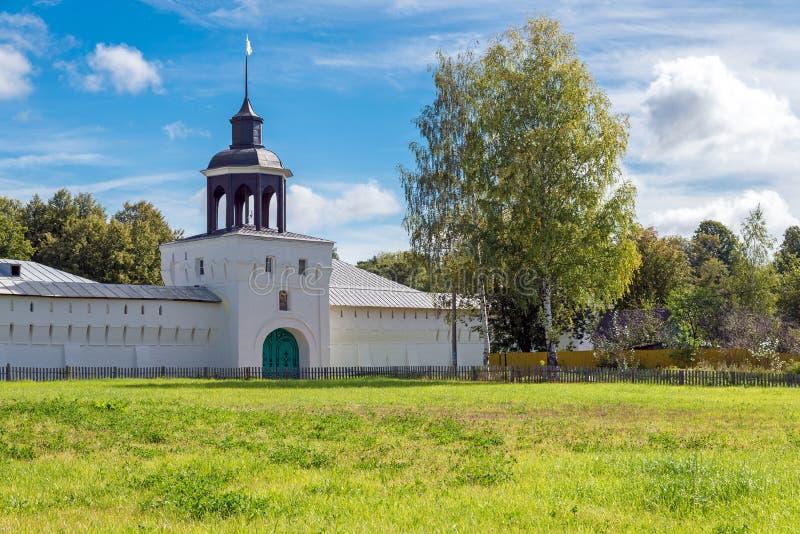 Landskap med den härliga ortodoxa kloster i den Yaroslavl regionen, royaltyfria foton