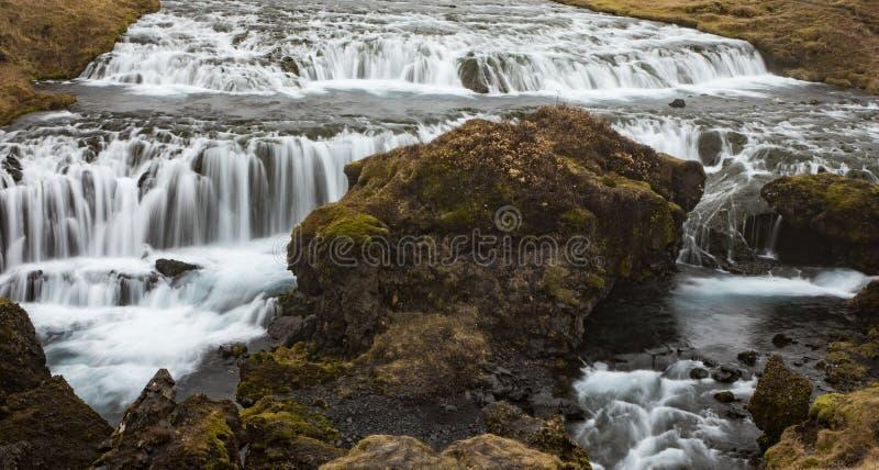 Landskap med den Kvernufoss vattenfallet nära Skogar, Island royaltyfri fotografi