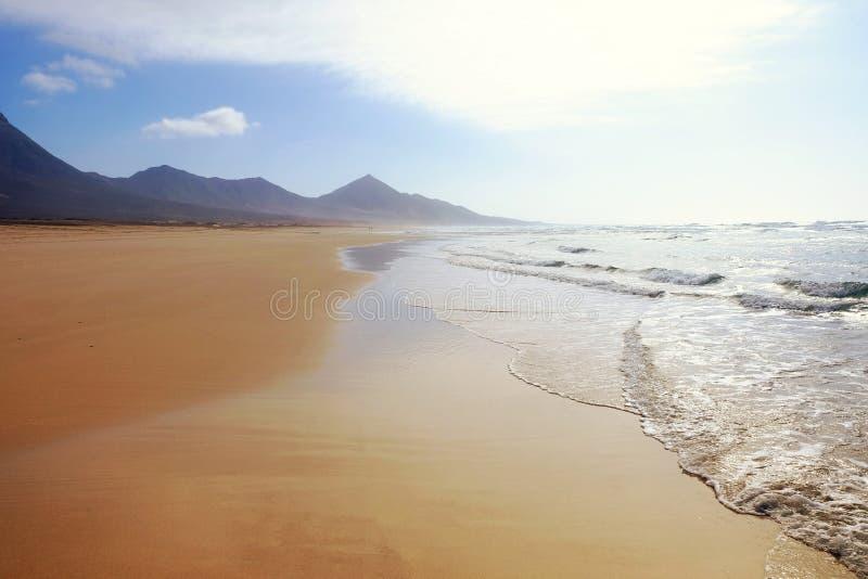 Landskap med den sandiga stranden, havet och bergen royaltyfri fotografi