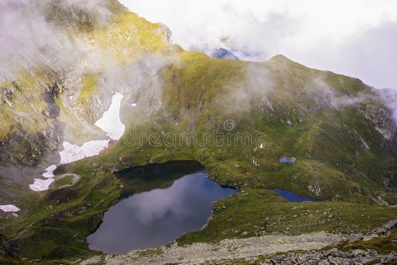 Landskap med den is- sjöcapraen i Fagaras berg royaltyfri bild