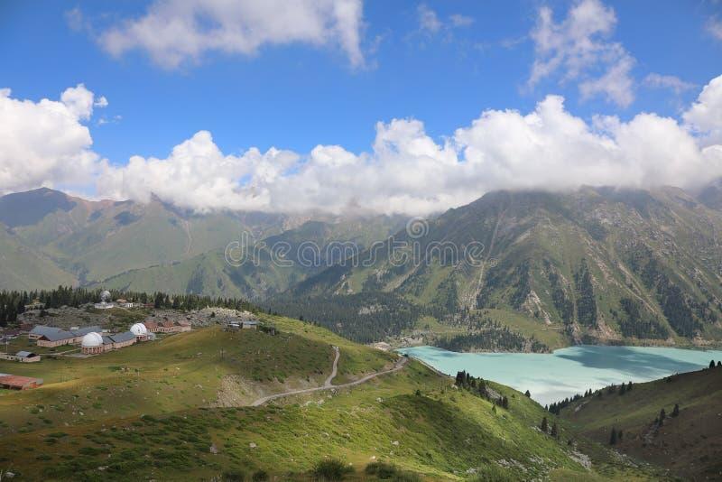 Landskap med den stora Almaty sjön och Tien Shan astronomiska Observ fotografering för bildbyråer