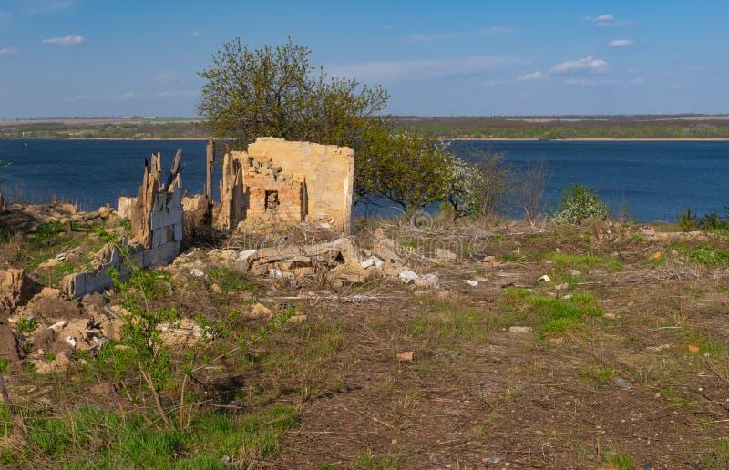 Landskap med det förstörda gamla huset royaltyfri fotografi