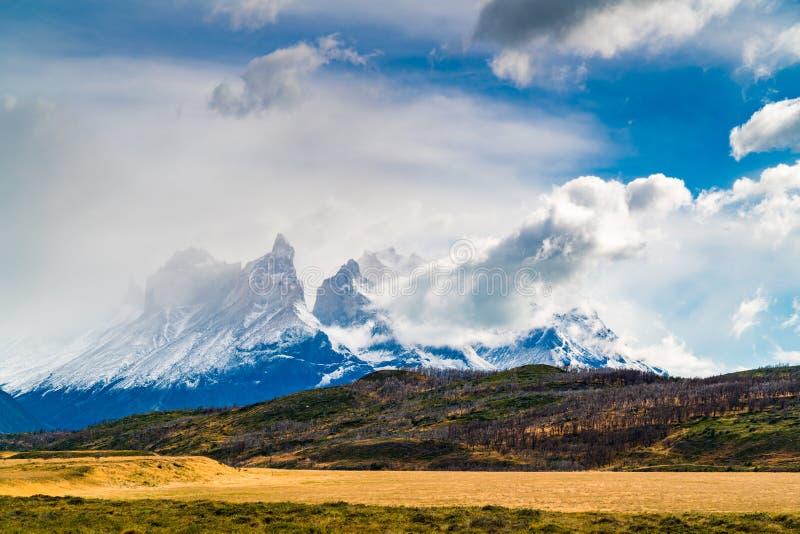 Landskap med det korkade Cuernos Del Paine för snö berget på den Torres del Paine nationalparken i sydlig chilensk Patagonia royaltyfri bild