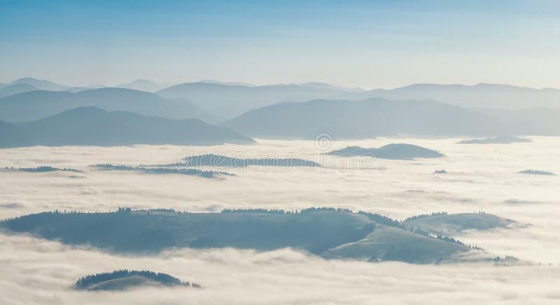 Download Landskap med dimma i dalen fotografering för bildbyråer. Bild av rock - 76700033