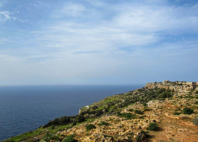 Landskap med Dingli klippor och majestätiska sikter av medelhavet och den frodiga bygden, Malta royaltyfria bilder