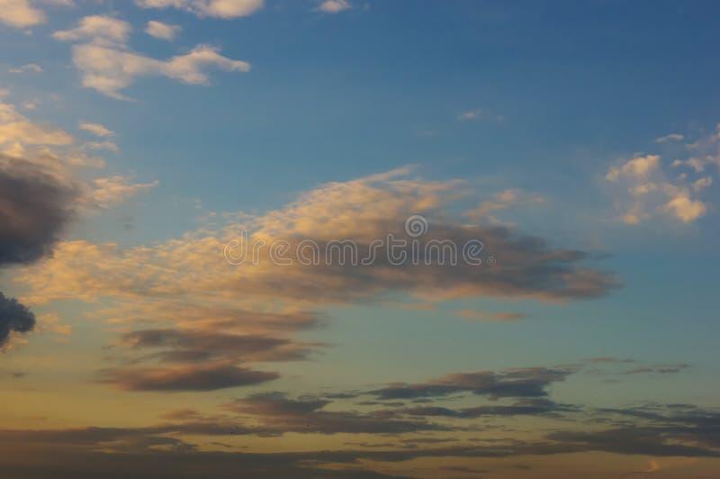 Landskap med dramatiskt ljus - h?rlig guld- solnedg?ng med genomdr?nkt himmel och moln royaltyfria bilder