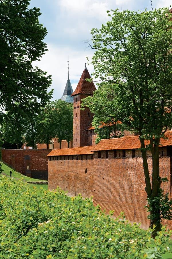 Landskap med ett slott står hög Malbrok arkivbild
