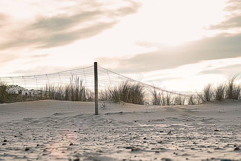 Landskap med ett staket på stranden fotografering för bildbyråer