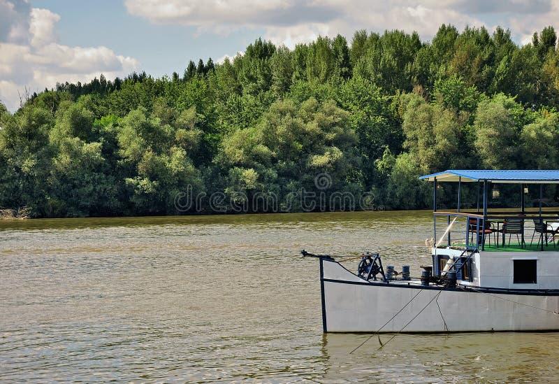 Landskap med floden och fartyget royaltyfri foto
