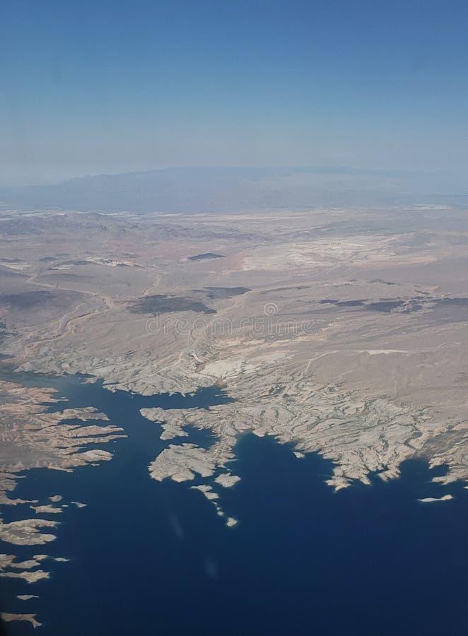 landskap med flyg- sikt av en sjö i ett ökenområde mellan tillstånden av Arizona och Nevada, i Amerikas förenta stater arkivfoton