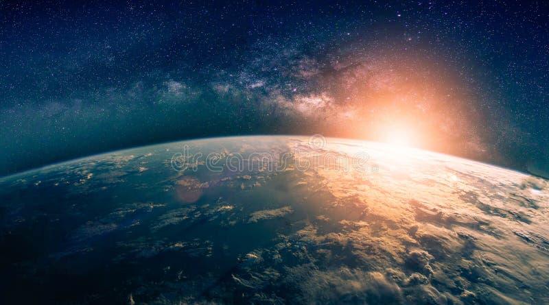 Landskap med galaxen f?r mj?lkaktig v?g Soluppg?ng- och jordsikt fr?n utrymme med galaxen f?r mj?lkaktig v?g Best?ndsdelar av det arkivbilder