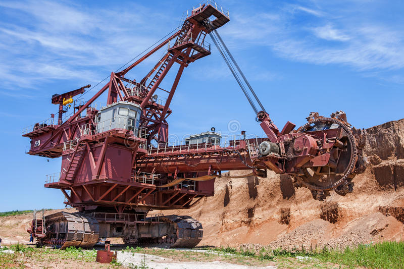 Landskap med grävskopan för hjul för hink för jätte för extractive bransch arkivbild