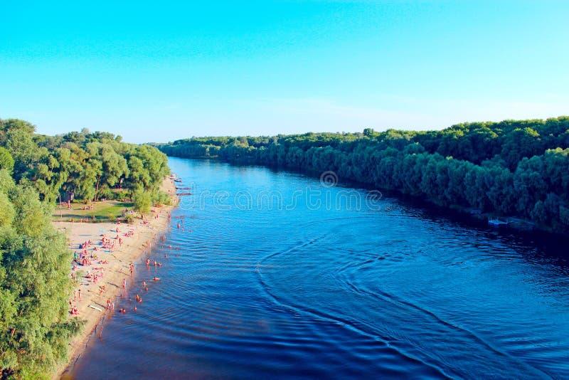 Landskap med grå färgmoln och den Desna floden i Chernigiv royaltyfri bild