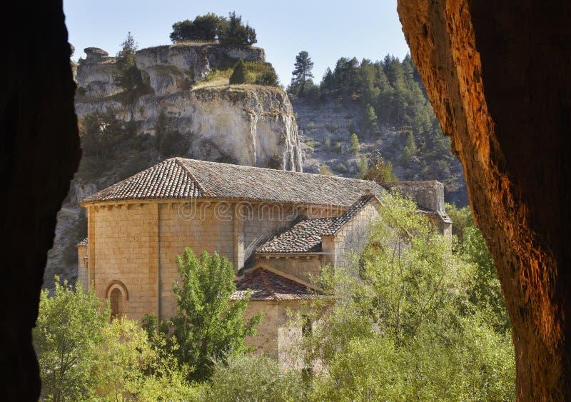 Landskap med grottan och den Bartolome eremitboningen i Soria, Spanien fotografering för bildbyråer