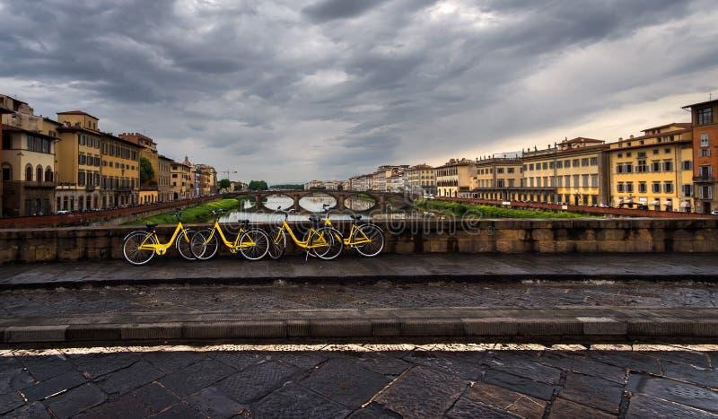 Landskap med gula cyklar Sikt av Riveret Arno Florence italy fotografering för bildbyråer