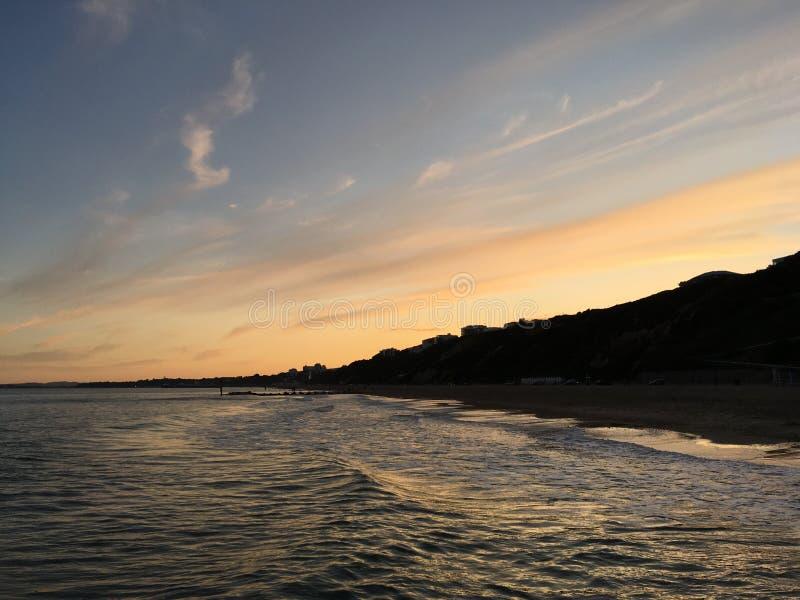 Landskap med härlig himmel i Bournemouth, England arkivfoton