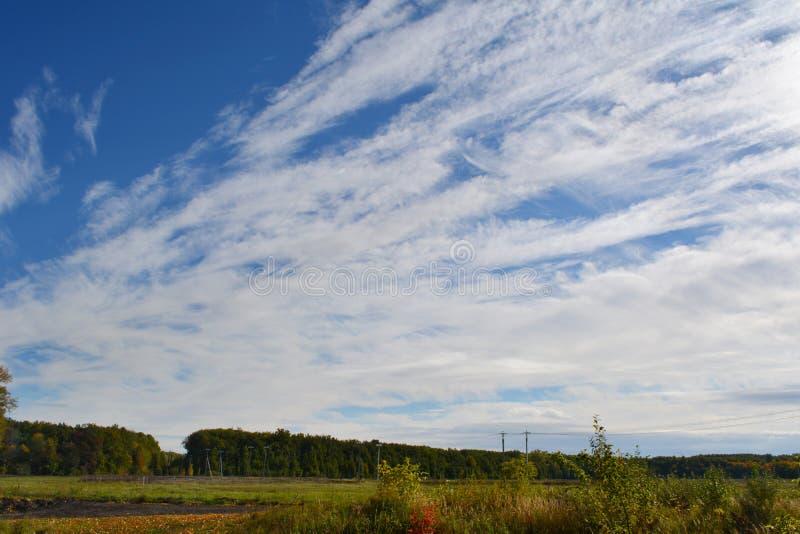 Landskap med härlig skyscape Vita moln för Cirrocumulus på blå himmel royaltyfri fotografi