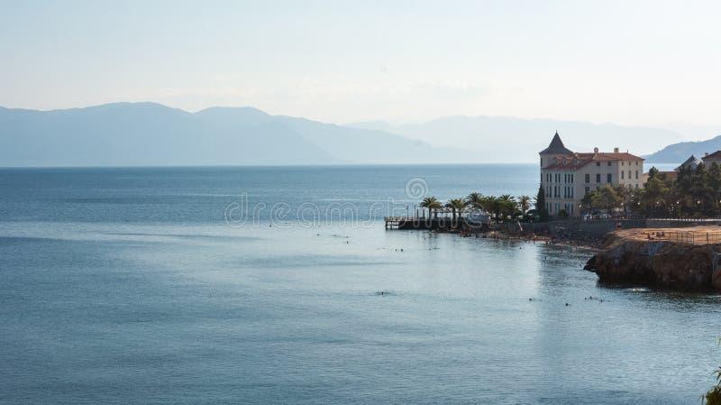 Landskap med havet och hus arkivbild