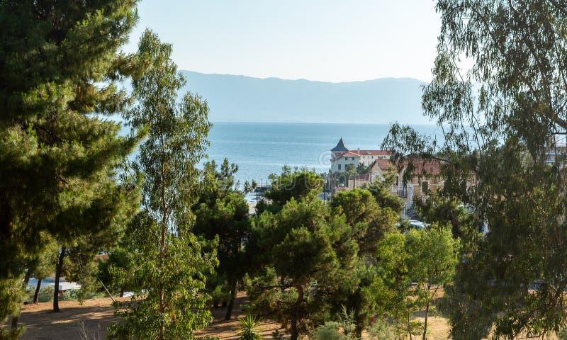 Landskap med havet och hus fotografering för bildbyråer
