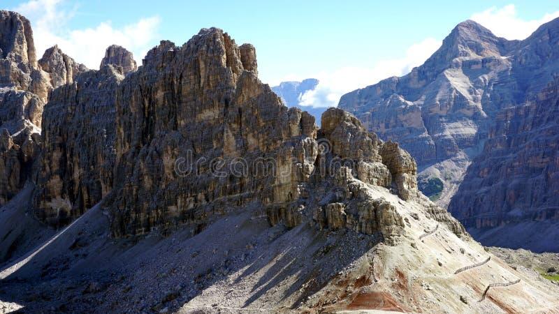 Landskap med kala klippor i Dolomites fotografering för bildbyråer