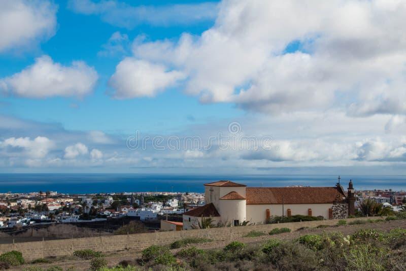Landskap med kyrkan i storslagen kanariefågel fotografering för bildbyråer