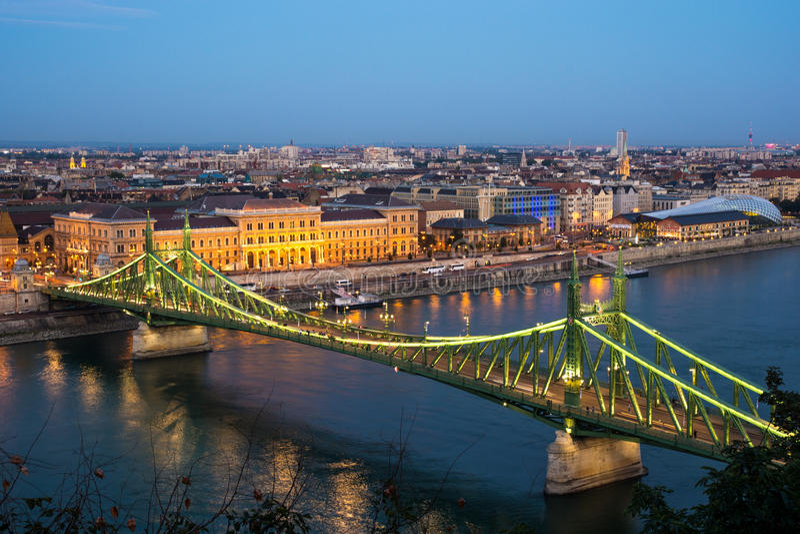 Landskap med Liberty Bridge i aftonen i Budapest, Hu royaltyfria bilder