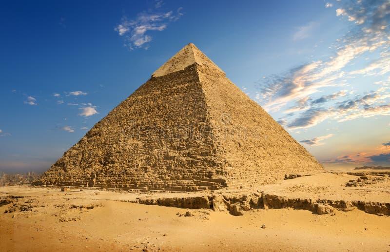 Landskap med pyramiden royaltyfria bilder