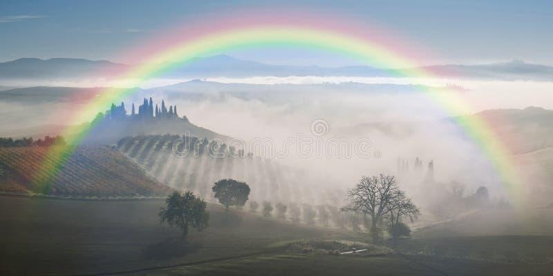 Landskap med regnbågen och trädgården royaltyfri foto