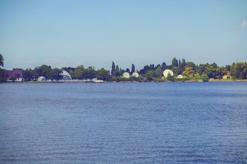 Landskap med sjön Buftea nära Bucharest arkivfoto