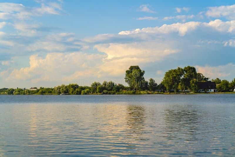 Landskap med sjön Buftea nära Bucharest arkivbilder