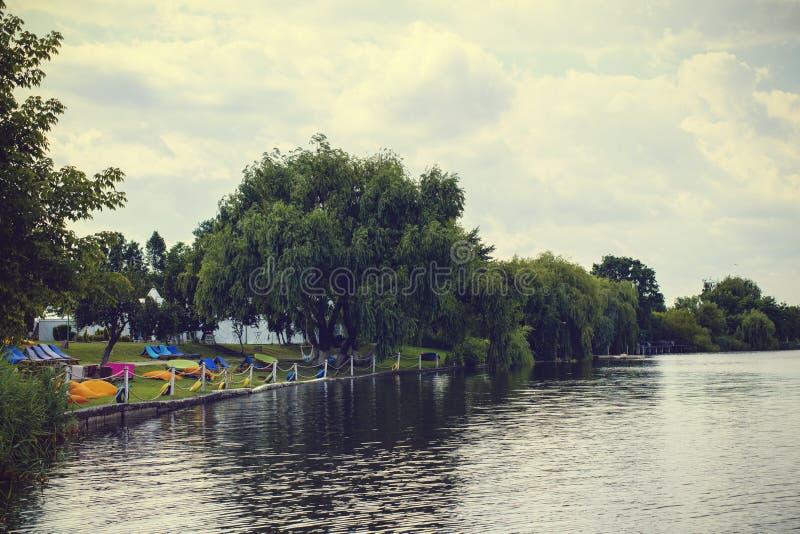 Landskap med sjön Buftea nära Bucharest fotografering för bildbyråer