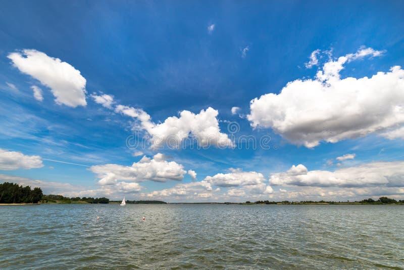 Landskap med sjön i sommar - blå himmel fotografering för bildbyråer