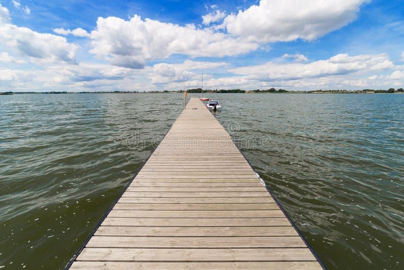 Landskap med sjön i sommar - blå himmel royaltyfri bild