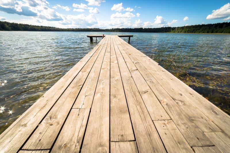 Landskap med sjön i sommar blå sky arkivbild