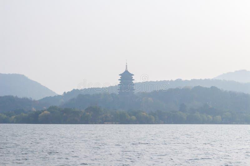 Landskap med sjön och bergen arkivbild