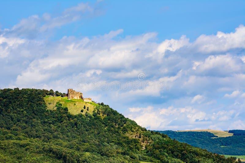 Landskap med slotten på kullen royaltyfria foton