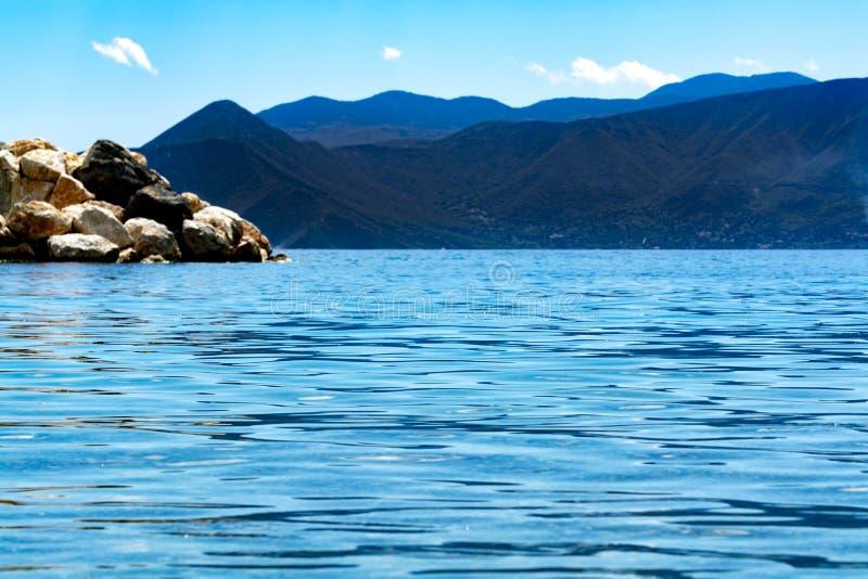 Landskap med små grekiska öar och fjärder på Peloponnese, Grekland nära den Arkadiko staden, destination för sommarsemester royaltyfria foton