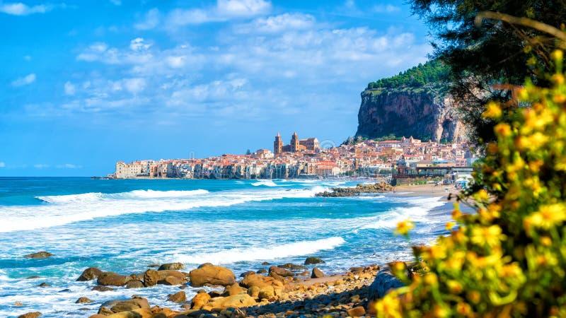 Landskap med stranden och den medeltida Cefalu staden, Sicilien ö, Italien arkivbilder