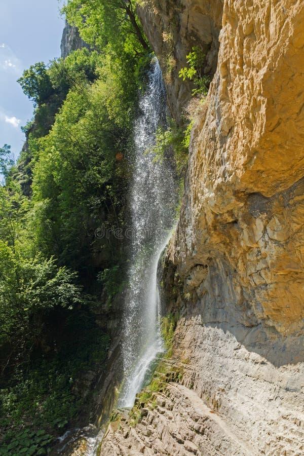 Landskap med vattenfallet Skaklya nära byar av Zasele och Bov på den Vazov slingan, Balkan berg, Bulgarien royaltyfri bild