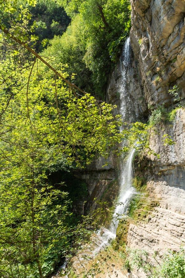 Landskap med vattenfallet Skaklya nära byar av Zasele och Bov på den Vazov slingan, Balkan berg, Bulgarien arkivbild