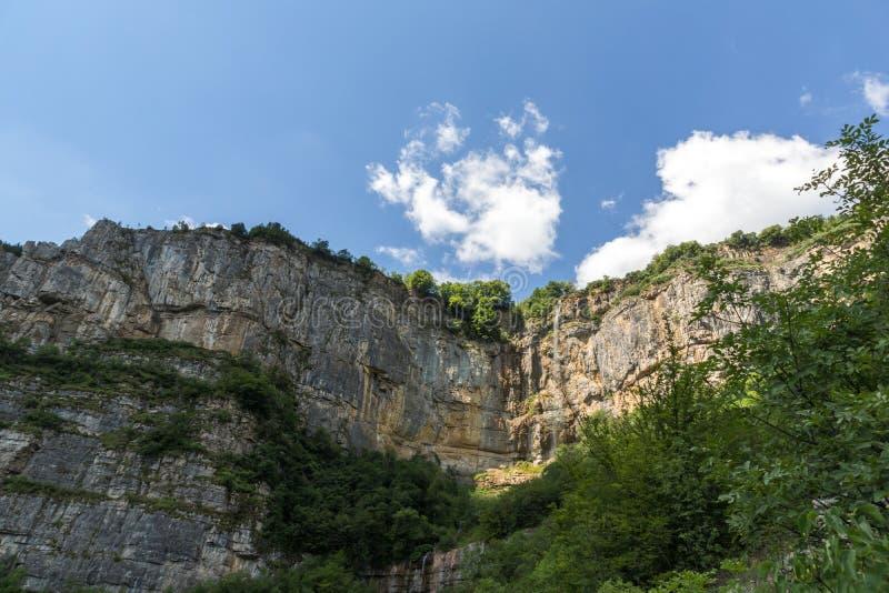 Landskap med vattenfallet Skaklya nära byar av Zasele och Bov på den Vazov slingan, Balkan berg, Bulgarien arkivbilder