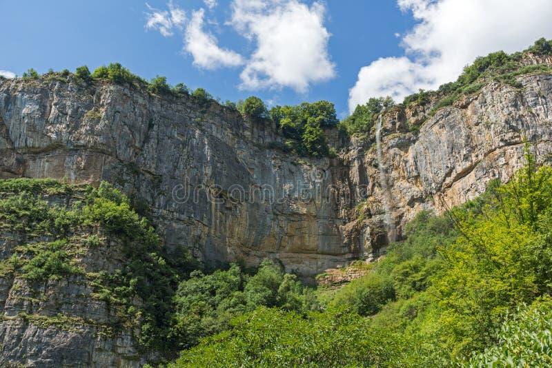 Landskap med vattenfallet Skaklya nära byar av Zasele och Bov på den Vazov slingan, Balkan berg, Bulgarien royaltyfri fotografi